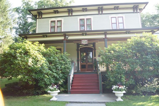 Academy Street Bed and Breakfast: The front (picture doesn't do justice)