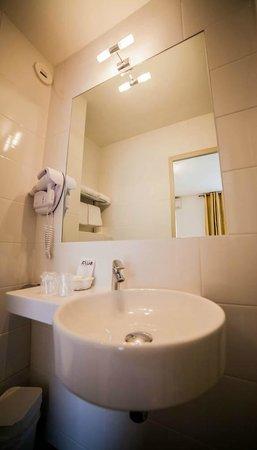 Le Clos Saint Martin : Salle de bain Budget