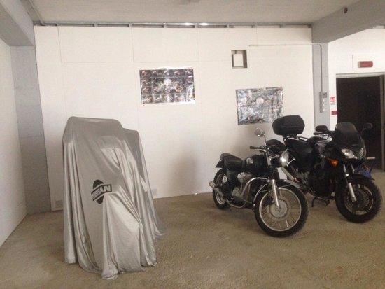 Hotel Valpolicella International : Parcheggio moto coperto!