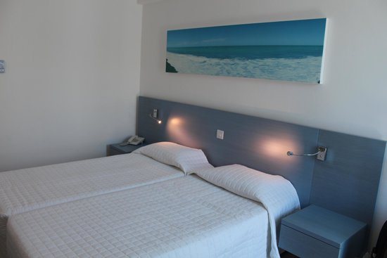 Anonymous Beach Hotel: Кровати две, но они во всех номерах сдвинуты вместе