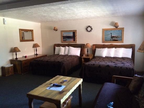 Willamette Pass Inn: Clean, large room with woodsy decor