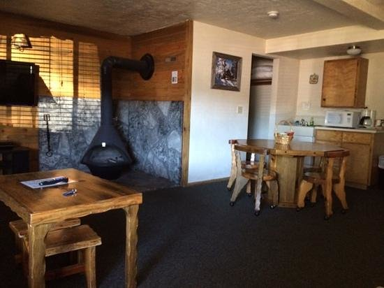 Willamette Pass Inn : Sturd, rustic furnishings and a wood stove