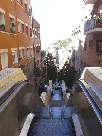Parc Güell : Ladeira para chegar ao parque...Alguns lances tem escada rolante
