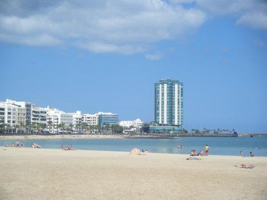 Arrecife Gran Hotel : Plage et hôtel