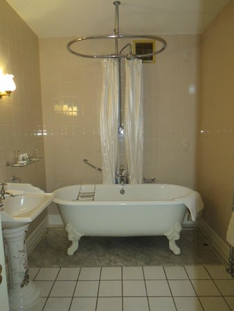 Waterford Castle Hotel & Golf Resort: Clawfoot Tub