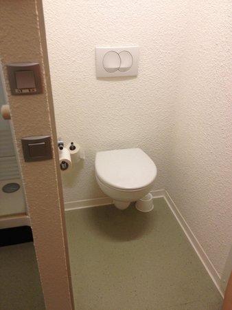 Ibis Budget Montbeliard: Toilette séparé de la douche... Mais dans la chambre