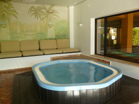 Dom Pedro Marina: Jacuzzi beside Pool