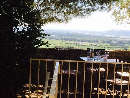 Le Verger des Papes: Beautiful views over Provence from the stone terrace