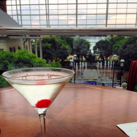 Gaylord National Resort & Convention Center: Great atmosphere at the open cocktail lounge ober lookingbthe atrium.