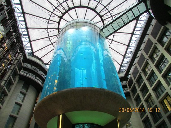 Radisson Blu Hotel, Berlin : The great Aquarium in the Atrium in the Hotel