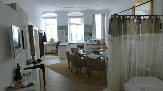 Hotel Goldenes Kreuz: Sleeping area & Kitchen viewed from Sitting area