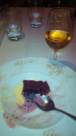 O Nobre : The late-vintage portuguese sweet wine which combined perfectly with the Crimson cake...