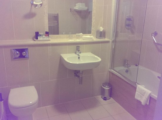 Sandymount Hotel: Very big, spotless bathroom with loads of shower gels and towels