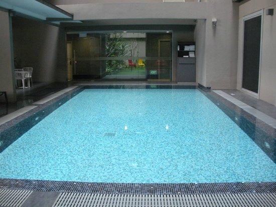 V Hotel Bencoolen: Pool area