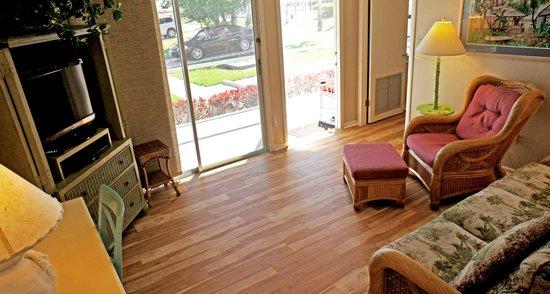 Shalimar Cottages and Motel: 2 Bedroom 2 Bath Apt. Livingroom