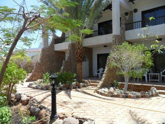 Turquoise Beach Hotel: У лоджий номеров на первом этаже нет загородок