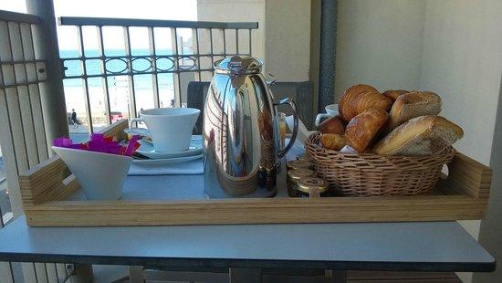 Hôtel Le Nouveau Monde : Petit déjeuner en terrasse en chambre vue moitié mer