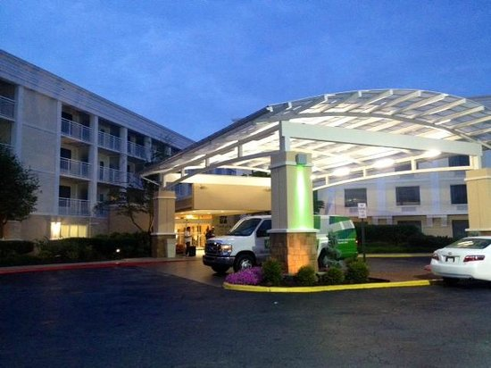 Holiday Inn & Suites Atlanta Airport - North: The entrance.