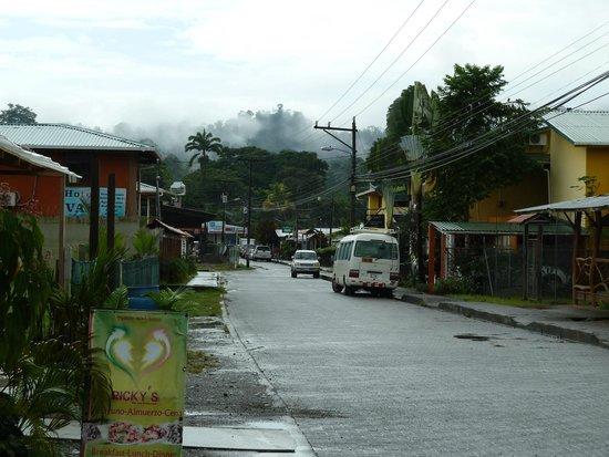 El Encanto Inn: Calle principal de Cahuita