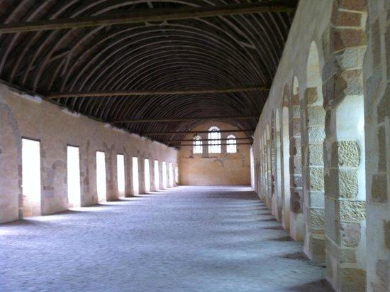 Abbaye de Fontenay : Le Dortoir;plafond en arches de bois convexes