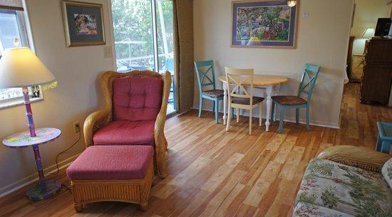 Shalimar Cottages and Motel: Cottage Living Area
