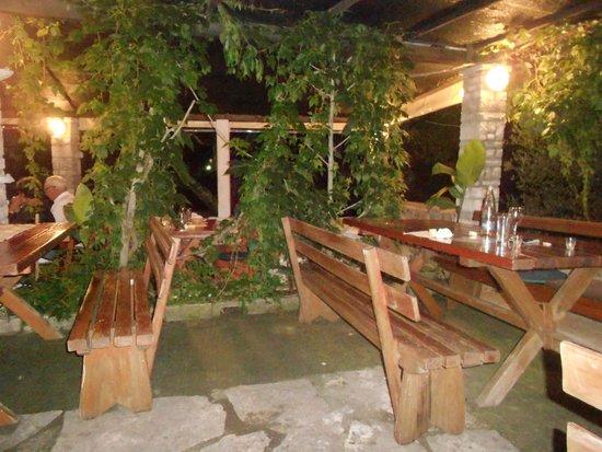 Konoba Belin: I tavoli in legno...