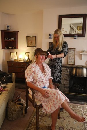 Backfold Cottage: Having my wedding hair done in the lounge