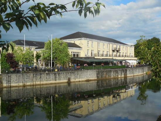Kilkenny River Court Hotel: View of the river side of the hotel as seen from the bridge from town.