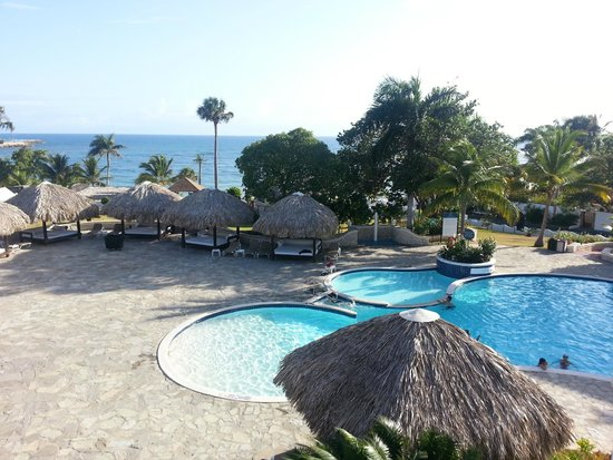 The Tropical at Lifestyle Holidays Vacation Resort: View on the ocean and pool