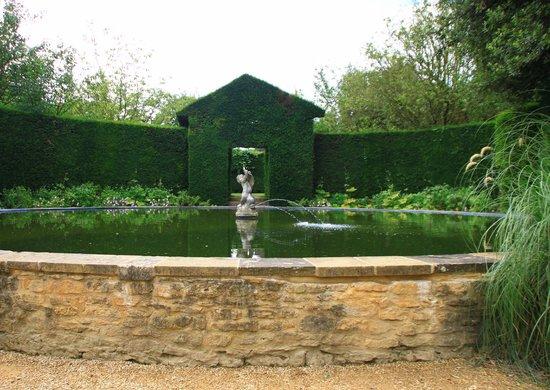 Hidcote Manor Garden: Bathing pool at Hidcote Gardens