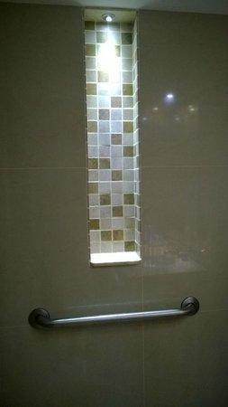 Four Points By Sheraton Medellin: Detalle de la zona de la ducha. Iluminación indirecta y barra asidera como seguridad.