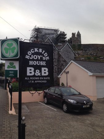Joy's Rockside House B&B: Right at the base of the Rock of Cashel.