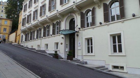 Tomtom Suites: Entrance of hotel
