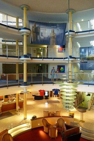 RAMADA Hotel Magdeburg: reception og fællesområde