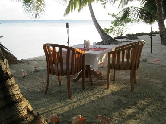 Hatchet Caye Resort: Private dining on the beach