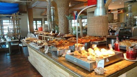 Crimson Resort and Spa, Mactan: breakfast