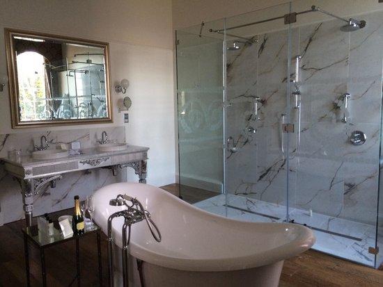 Bailbrook House Hotel: Suite en-suite bathroom which was huge!!