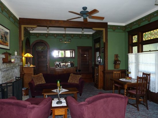 The Kirk House Bed & Breakfast: Inside of living room