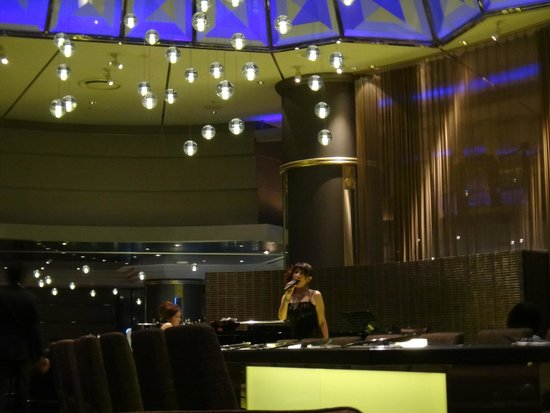 Swissotel Nankai Osaka : Jazz singer and live pianist on the top floor