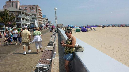 Beach Plaza Hotel : Direct access to beach