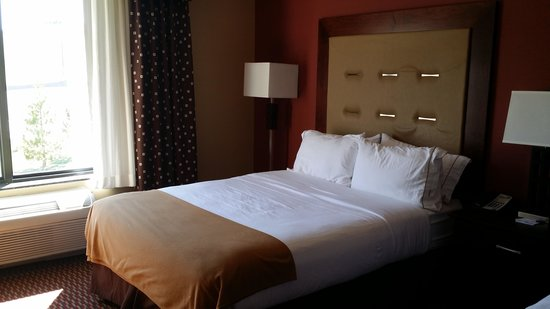 Holiday Inn Express & Suites Great Falls: Room with 2 queen beds (one shown)