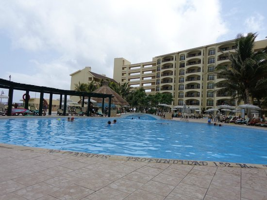 The Royal Islander: The pool