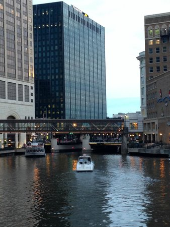 Milwaukee RiverWalk : A boat coming down the river