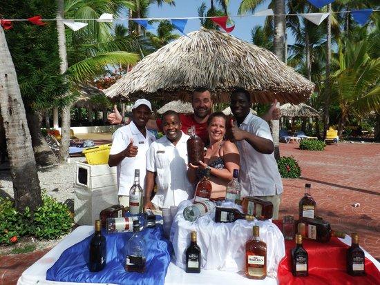Catalonia Bavaro Beach, Casino & Golf Resort: Con los camareros en la fiesta del ron.