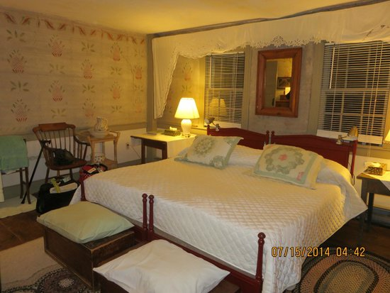 Quaker Tavern B&B - Inn: a most comfortable bed!