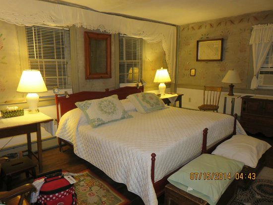 Quaker Tavern B&B - Inn: a welcoming bed