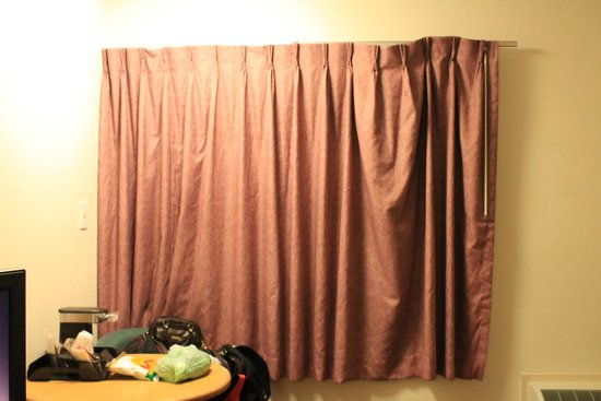 Red Roof Inn Jamestown - Falconer: curtains hanging off rod