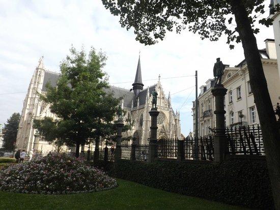 Jardin du Petit Sablon: Вид из сквера на Нотр-Дам де Саблон