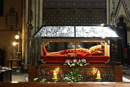 Cathedral of the Assumption: Sarcofaag van aartsbisschop Alojzije Stepinac