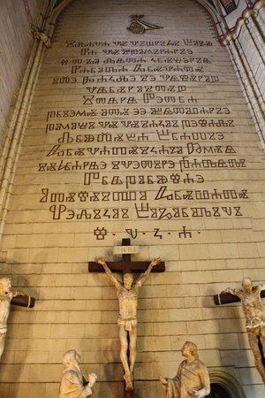Cathedral of the Assumption: Kruis met onleesbare tekst.